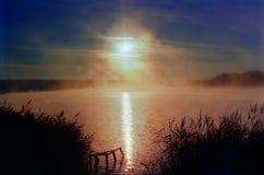 Lever de soleil au-dessus de l'étang Photo libre de droits