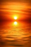 Lever de soleil au-dessus de l'eau image libre de droits