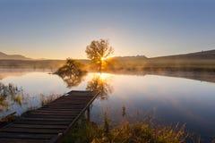 Lever de soleil au-dessus de l'eau Photos stock