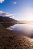 Lever de soleil au-dessus de l'eau images libres de droits