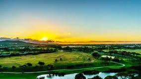 Lever de soleil au-dessus de l'horizon à la communauté de station de vacances de Ko Olina sur l'île d'Oahu photo stock