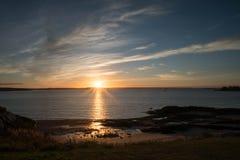 Lever de soleil au-dessus de l'océan et de la côte du Nouveau Brunswick Photo libre de droits