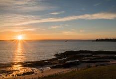 Lever de soleil au-dessus de l'océan et de la côte du Nouveau Brunswick Photo stock