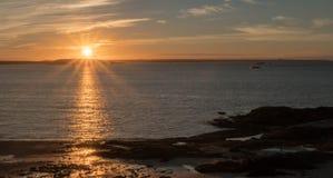 Lever de soleil au-dessus de l'océan et de la côte du Nouveau Brunswick Image libre de droits