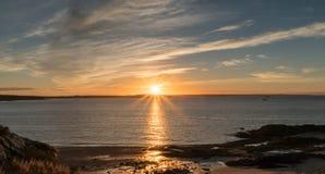 Lever de soleil au-dessus de l'océan et de la côte du Nouveau Brunswick Photographie stock libre de droits