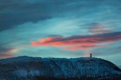 Lever de soleil au-dessus de la colline en hiver Photos stock