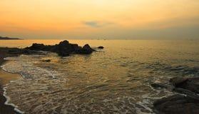 Lever de soleil au-dessus de la mer images stock