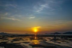 Lever de soleil au-dessus de la mer - ha Pak Nai Photographie stock