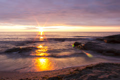 Lever de soleil au-dessus de la Mer Noire dans le village Ravda, Bulgarie Photo stock