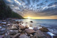 Lever de soleil au-dessus de la mer Pierre sur le plan Images stock