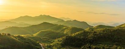 Lever de soleil au-dessus de la montagne à l'ouest de la Thaïlande Images libres de droits