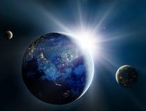 Lever de soleil au-dessus de la planète et des satellites dans l'espace. Photographie stock libre de droits