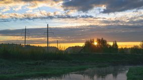 Lever de soleil au-dessus de la rivière avec des nuages banque de vidéos