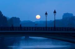 Lever de soleil au-dessus de la rivière la Seine, Paris Image stock