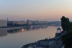 Lever de soleil au-dessus de la ville et de la rivière Photographie stock libre de droits