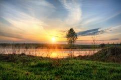 Lever de soleil au-dessus de lac avec le brouillard ci-dessus Photographie stock libre de droits
