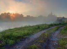 Lever de soleil au-dessus de lac brumeux photos libres de droits