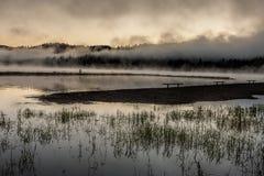 Lever de soleil au-dessus de lac calme photographie stock libre de droits
