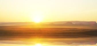 Lever de soleil au-dessus de lac de montagne Images stock