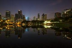 Lever de soleil au-dessus de lac symphony devant Kuala Lumpur City Center images libres de droits