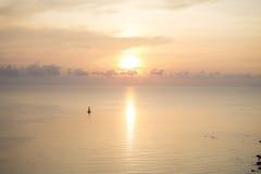 Lever de soleil au-dessus de mer chez Hua Hin Thailand Images stock