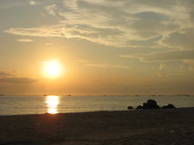 Lever de soleil au-dessus de mer de sud de la Chine Images stock