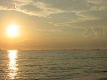 Lever de soleil au-dessus de mer de sud de la Chine Image stock