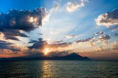 Lever de soleil au-dessus de montagne d'Athos en Grèce image libre de droits