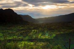 Lever de soleil au-dessus de montagne East Java, Indonésie Images libres de droits