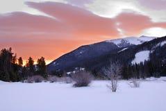 Lever de soleil au-dessus de montagne rocheuse Photo libre de droits