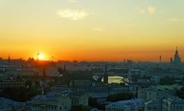 Lever de soleil au-dessus de Moscou Kremlin et de centre de la ville Images libres de droits