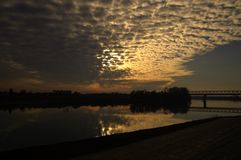 Lever de soleil au-dessus de passerelle Photos libres de droits