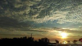 Lever de soleil au-dessus de plage de Desaru Photographie stock libre de droits