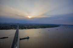 Lever de soleil au-dessus de pont de baie de Hangzhou photographie stock libre de droits