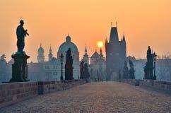 Lever de soleil au-dessus de Prague, regard de passerelle de Charles Image libre de droits