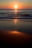Lever de soleil au-dessus de rivage Images stock