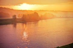 Lever de soleil au-dessus de rivière Neris Image stock