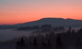 Lever de soleil au-dessus de vallée brumeuse Image libre de droits