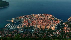 Lever de soleil au-dessus de vieux murs en pierre de ville de Dubrovnik clips vidéos
