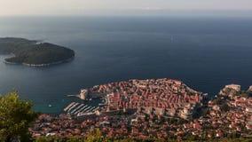 Lever de soleil au-dessus de vieux murs en pierre de ville de Dubrovnik banque de vidéos