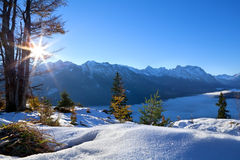 Lever de soleil au-dessus des Alpes d'hiver Image stock