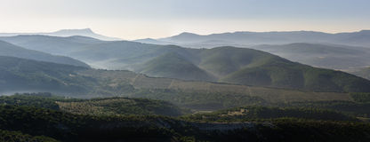 Lever de soleil au-dessus des collines brumeuses Photo stock