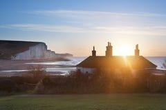 Lever de soleil au-dessus des cottages de garde-côte à la tête de Seaford avec sept Sist images stock