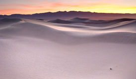 Lever de soleil au-dessus des dunes de sable Photo libre de droits