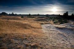 Lever de soleil au-dessus des dunes et des collines Photographie stock