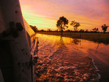 Lever de soleil au-dessus des eaux d'inondation Photos stock