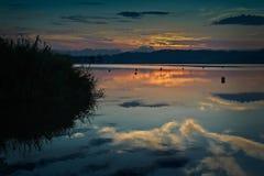Lever de soleil au-dessus des eaux de ondulation Photo stock