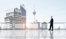 Lever de soleil au-dessus des gratte-ciel et de l'homme d'affaires faisant face au nouveau jour image libre de droits