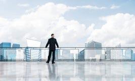 Lever de soleil au-dessus des gratte-ciel et de l'homme d'affaires faisant face au nouveau jour images stock