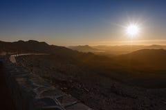 Lever de soleil au-dessus des montagnes. Photographie stock